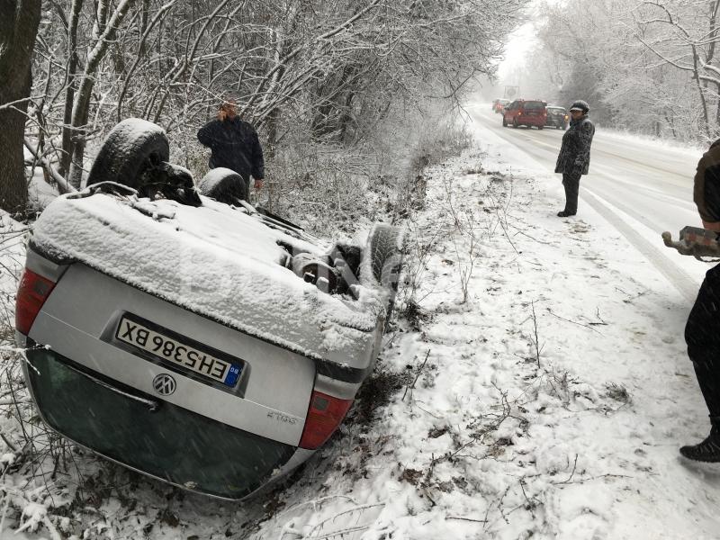 Млада шофьорка обърна колата си по таван край Враца, видя