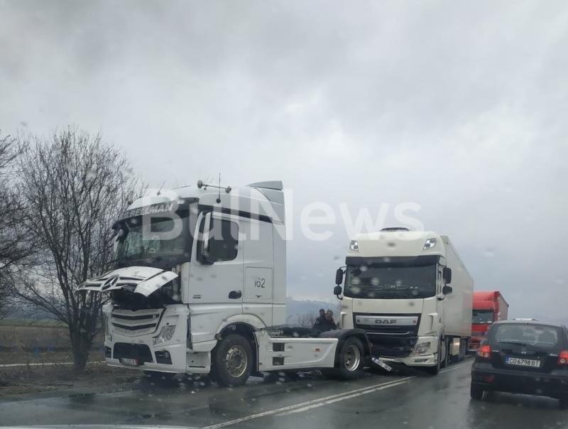 Верижна катастрофа е блокирала трафика по международния път Е-79 при