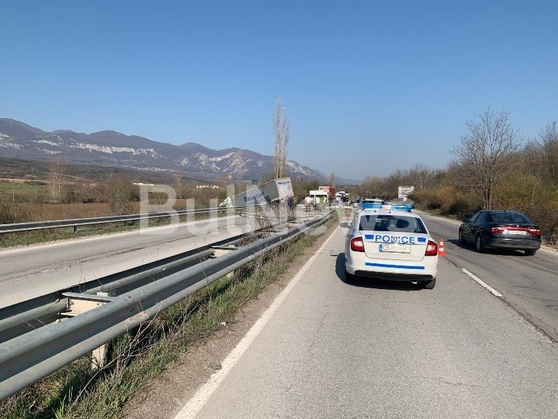От последните минути! Тежка катастрофа с турски ТИР и микробус на Хубев затвори Е-79 между Враца и Мездра /снимки/