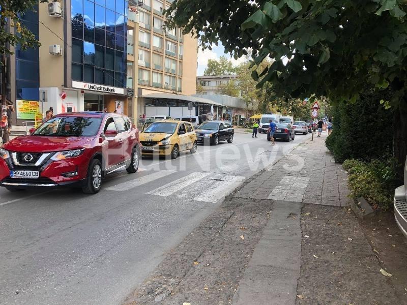 Верижна катастрофа стана преди минути в центъра на Враца, видя