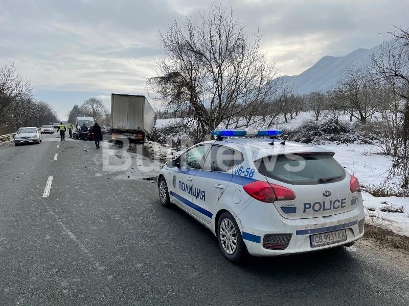 Извънредно!  Младеж от Вършец се размаза в ТИР на Е-79 между Враца и Монтана, линейка лети към болницата /снимки/