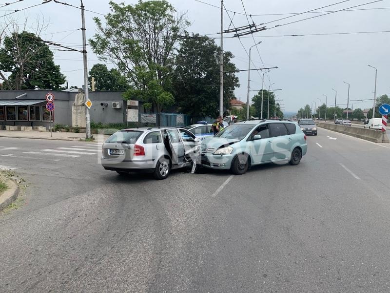 Тежка катастрофа е станала на възлов булевард във Враца, видя