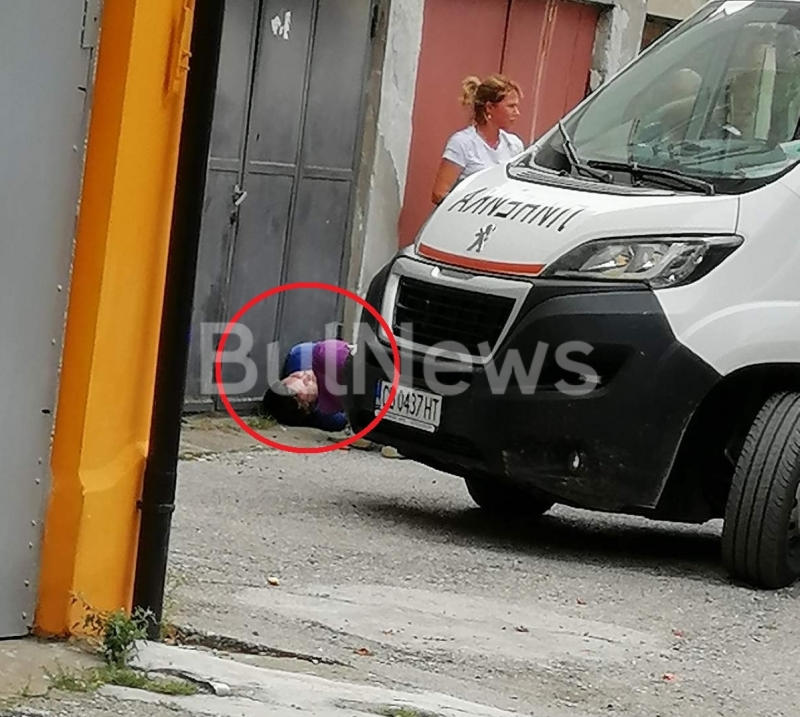 От последните минути: Окървавен мъж лежи на улица във Враца, линейка и полиция летят към мястото /снимки/