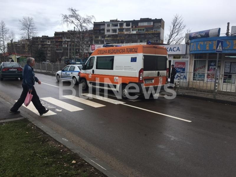 Извънредно! Младеж припадна пред джип на пешеходна пътека на натоварен булевард във Враца