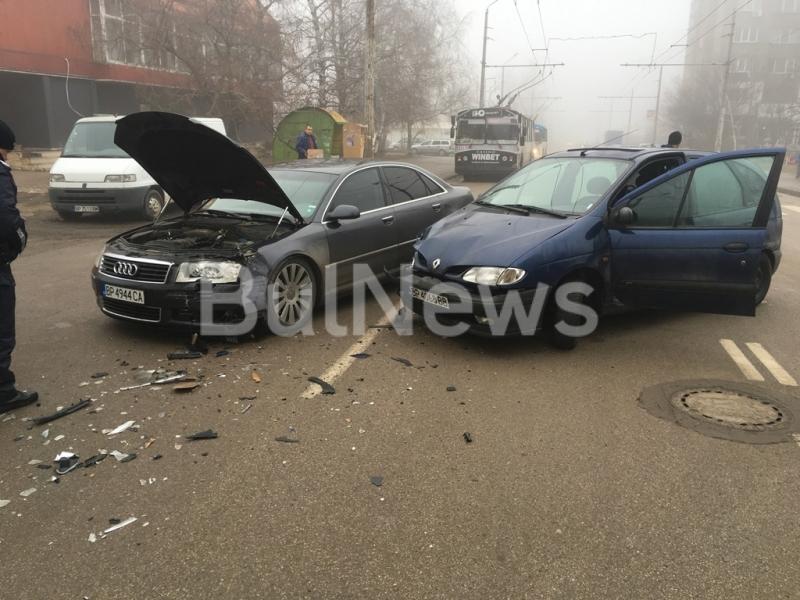 Катастрофа между две коли блокира движението на тролейбусния транспорт във