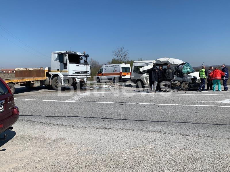 Тежък пътен инцидент е станал преди минути край Враца, видя