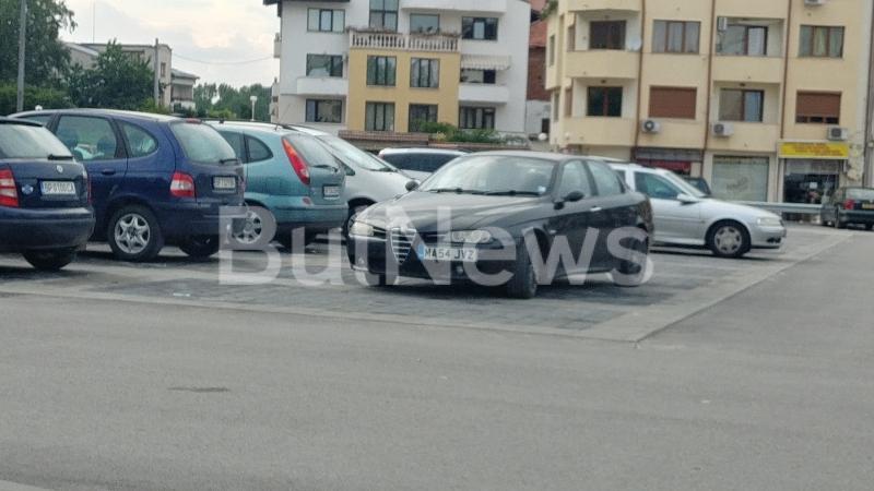 """Вижте този уникален наглец как остави колата си на паркинга на """"Кауфланд"""" във Враца /снимка/"""