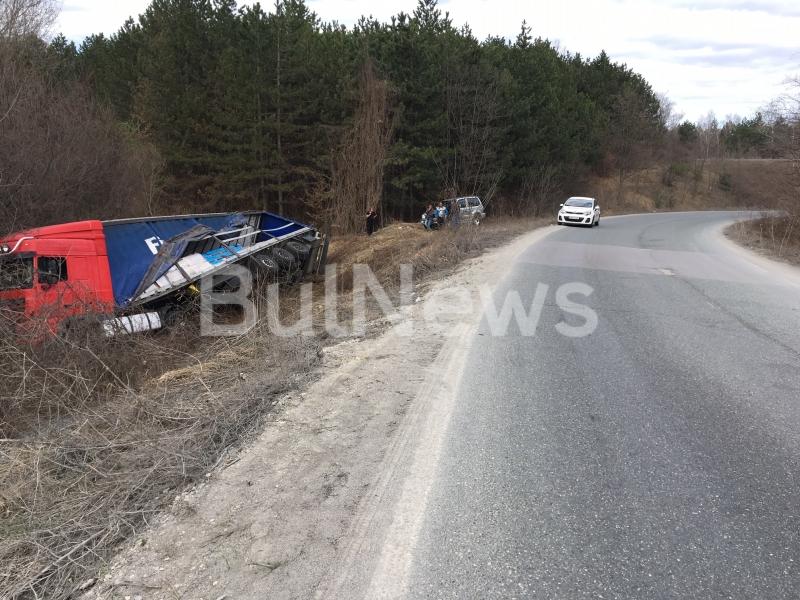 Български ТИР е катастрофирал на международния път Е-79 край Враца,