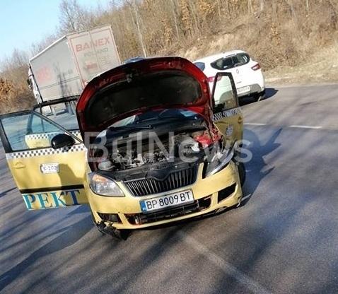 Извънредно! Тежка катастрофа с врачанско такси на Е-79 между Мездра и Ботевград /снимки/