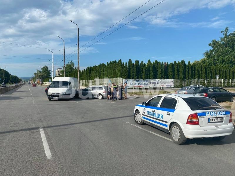 Бус и кола се удариха във Враца, видя репортер на