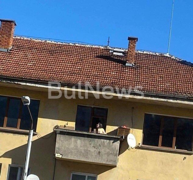 Палава женапоказа голите си форми на балкон във Враца, научи