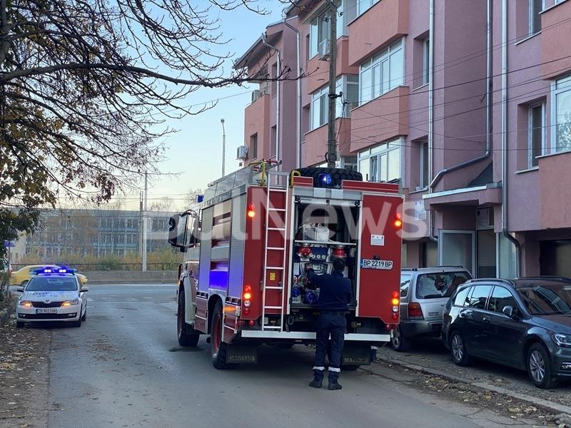Голям пожар е пламнал преди минути в жилищен блок на
