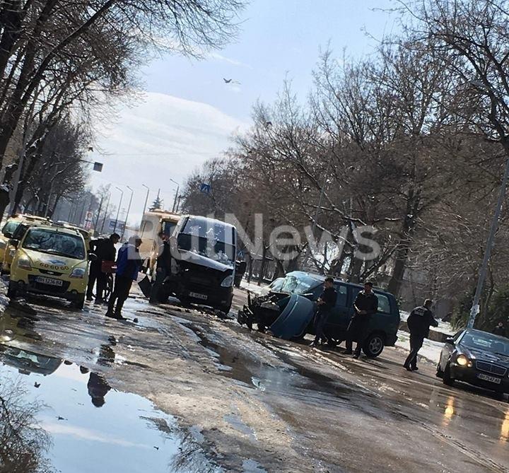Две коли са се ударили в центъра на Видин, научи