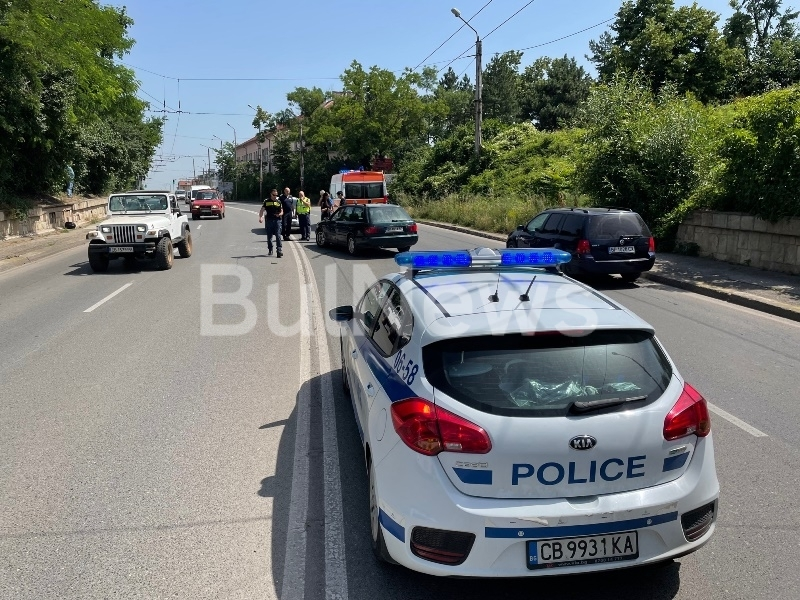 """Моторист и """"Ауди"""" са катастрофирали на възлов булевард във Враца,"""