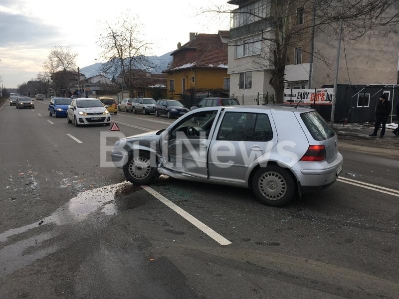 Камион и лека кола се удариха на натоварен булевард във