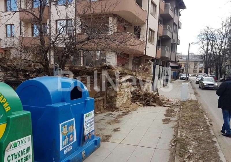 От последните минути! Къща се срути в центъра на Враца и едва не уби човек /снимки/