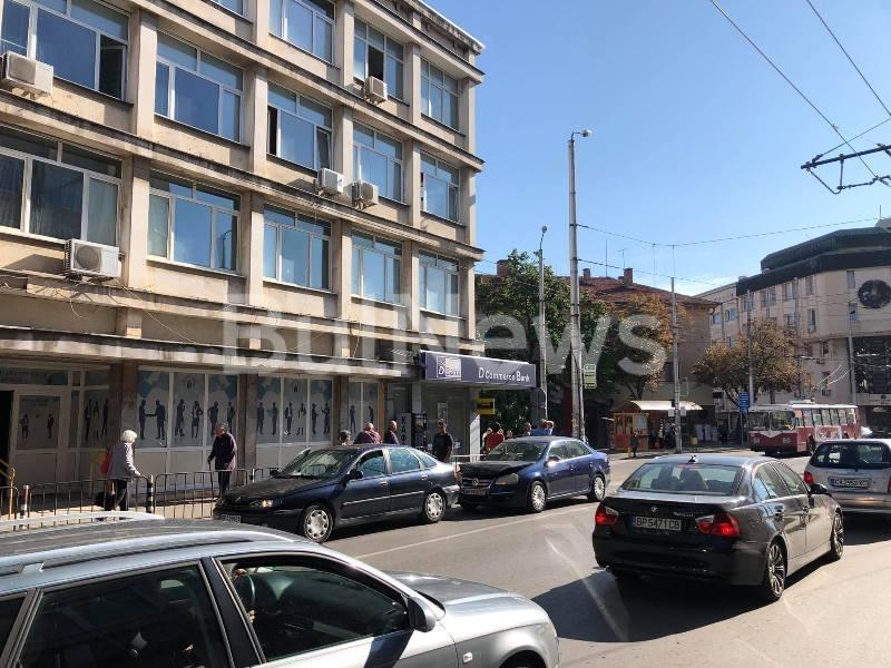 Лека катастрофа затруднява трафика в центъра на Враца, видя първо