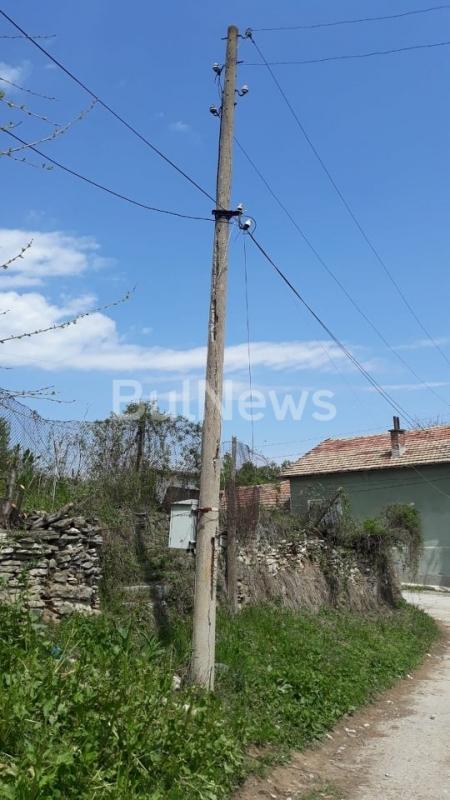 Електрически стълбове застрашават живота на хората във врачанското село Брусен,
