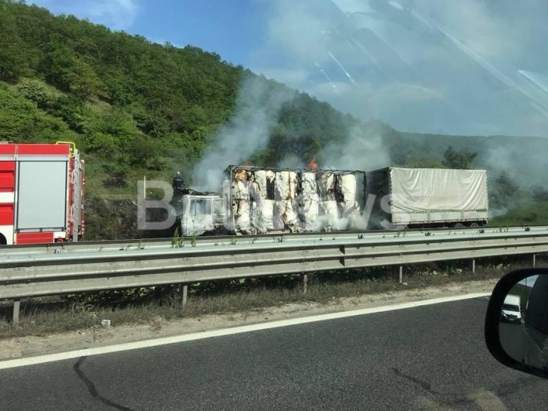 Тир се е запалил по време на движение на магистрала