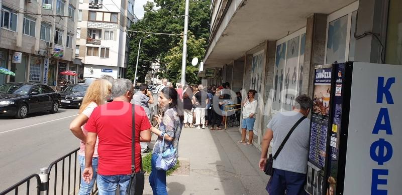 """Снимка: Невиждано! Тълпа кандидат-работници за """"Теклас"""" блокираха Бюрото по труда във Враца /снимки/"""