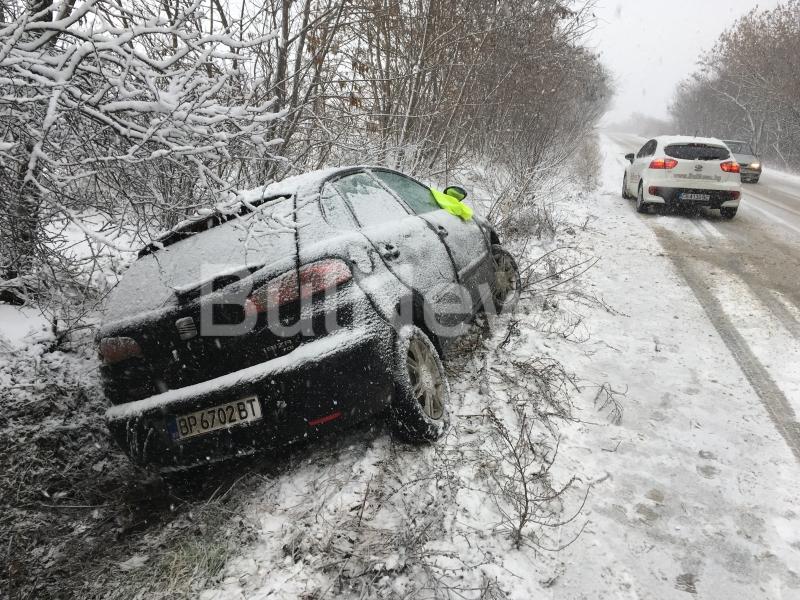 Снежното бедствие по пътищата във Врачанско продължава. Втора кола се