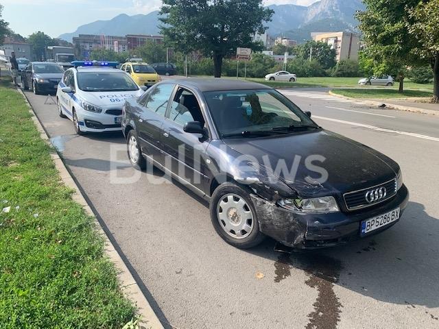 От последните минути! Катастрофа затруднява трафика по натоварен булевард във Враца /снимки/