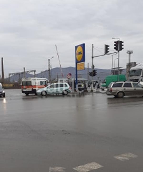 """Чешки ТИР отнесе """"Пежо"""" на възлово кръстовище във Враца, видя"""