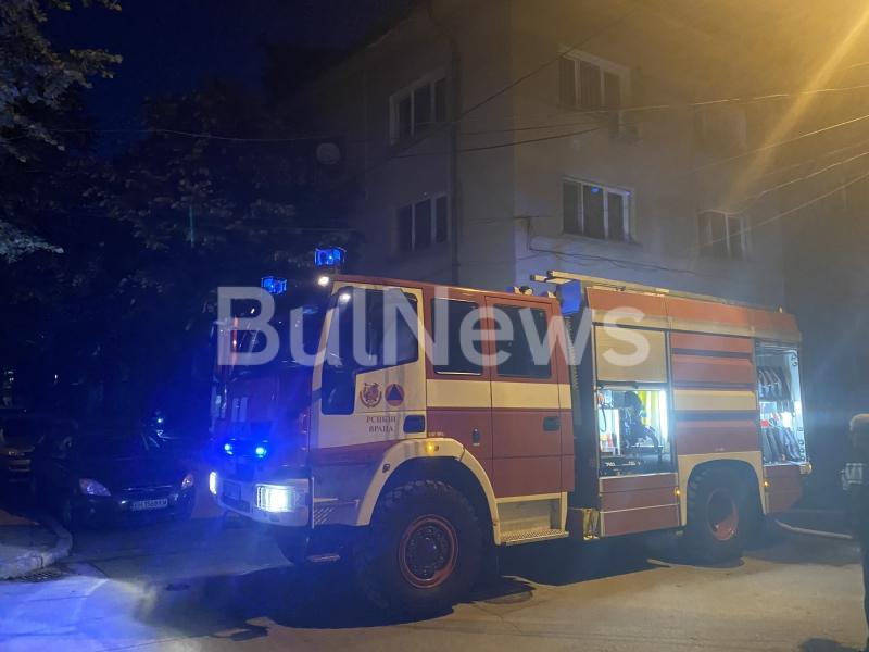 Голям пожар е избухнал преди минути в сграда на метри