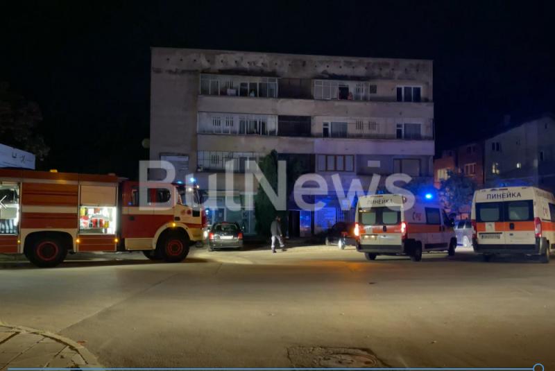Пожарна и две линейки спряха преди минути пред блок в