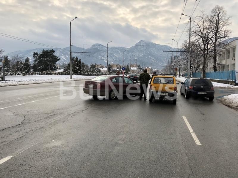 Катастрофа е станала на натоварен булевард във Враца, видя само