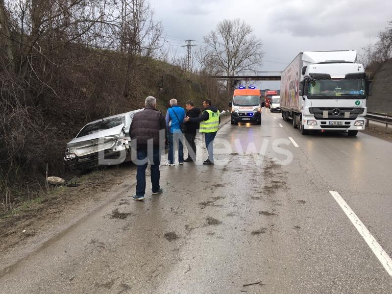 """От последните минути: """"Мерцедес"""" се размаза в мантинелата на Е-79 между Враца и Мездра /снимки/"""