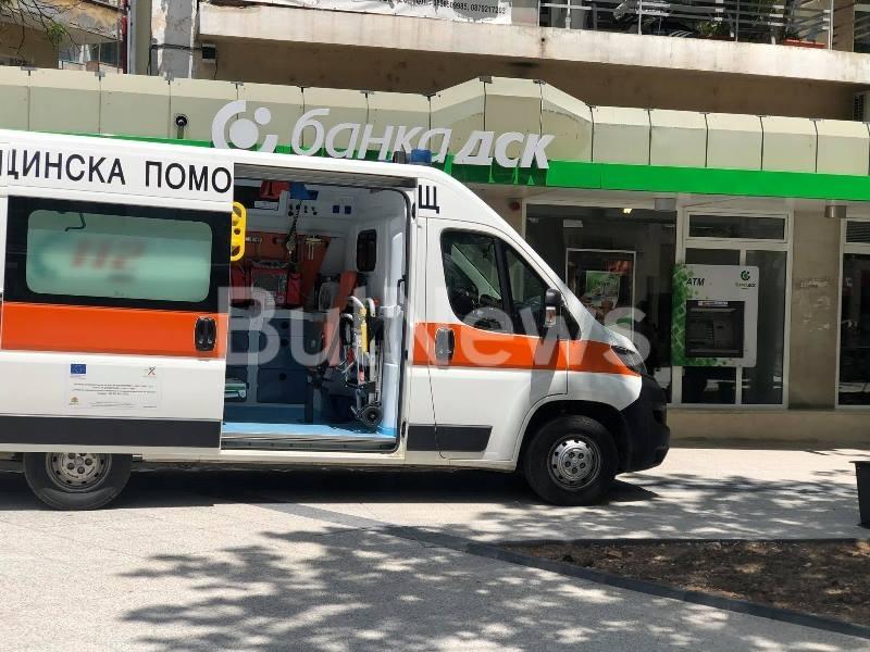 Нещо става! Линейка долетя в центъра на Враца, има човек в тежко състояние /снимки/