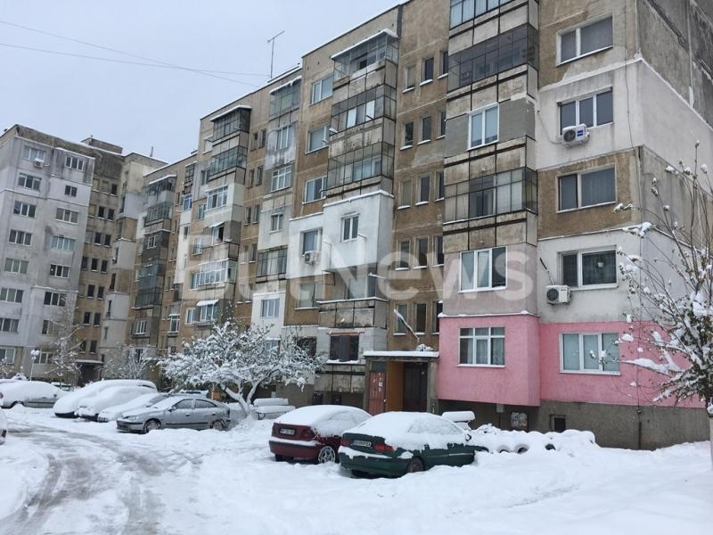 Откритият вчера починал мъж пред блок във Враца се е