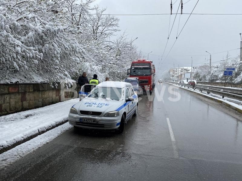 """Лека катастрофа затруднява трафика по бул. """"Мито Орозов"""" във Враца,"""