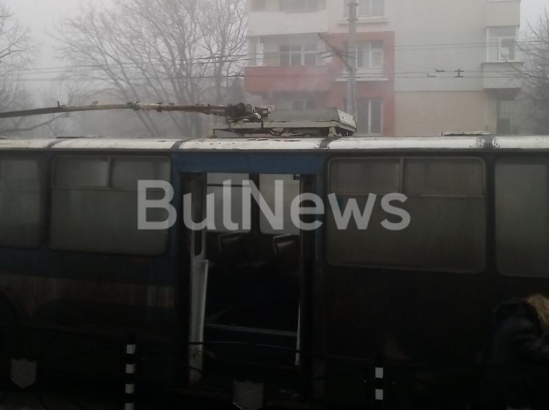 Снимка: Извънредно! Тролей се запали на централен булевард във Враца, евакуираха пътниците /снимки/