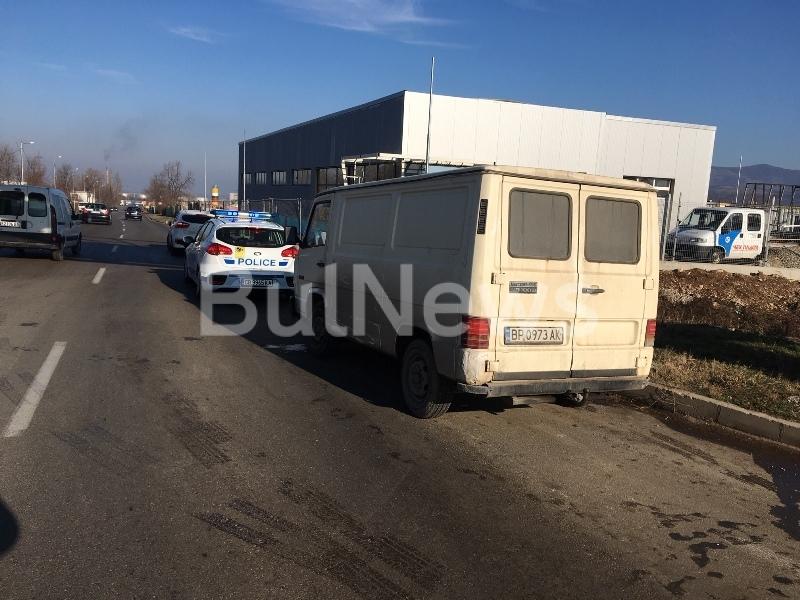 """Микробус и """"Рено"""" се натресоха на главен булевард във Враца,"""