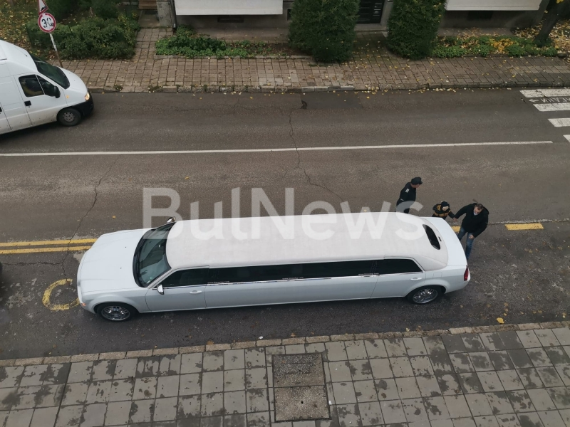 Огромна лимузина пристигна във Враца заради 50-годишен юбилей, вижте кого изненадаха /снимки/